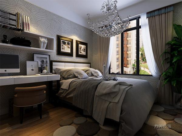 主卧是主人休息的区域,主卧的设计空间合理简洁,褐色的床加上白色的靠枕,以及紫灰色的挂画,奠定了整个空间的基调,整个空间都充满温馨的氛围,整个空间基调都与客餐厅相呼应。