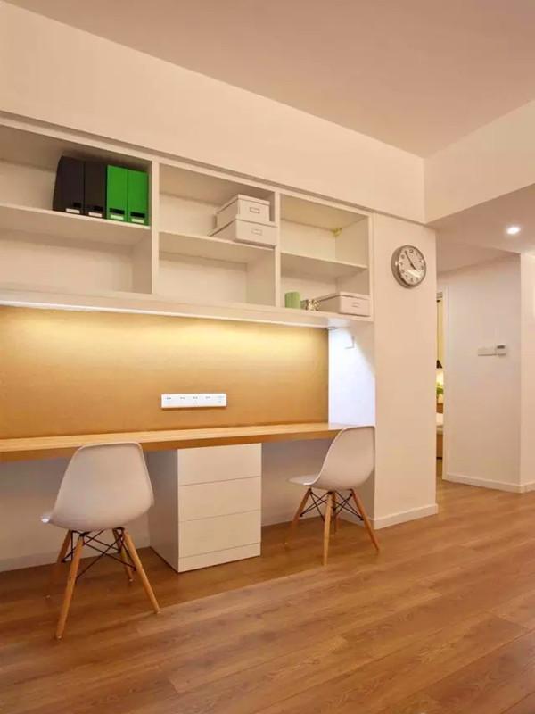 餐桌对面设计了办公空间,弥补了没有单独书房的遗憾。