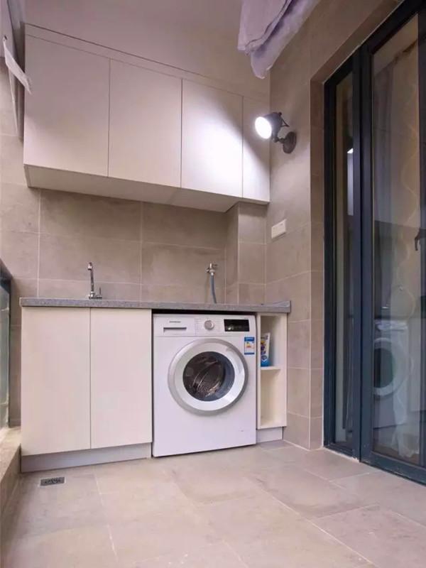 阳台定制的实用洗衣柜。