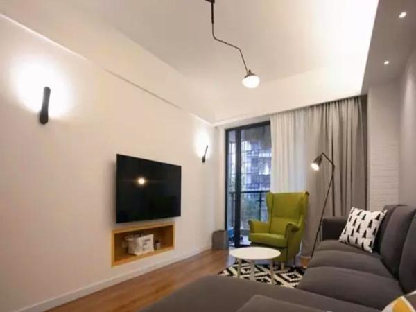 客厅电视墙内嵌电视柜设计,并把原来的墙面外移为主卧增大了空间。