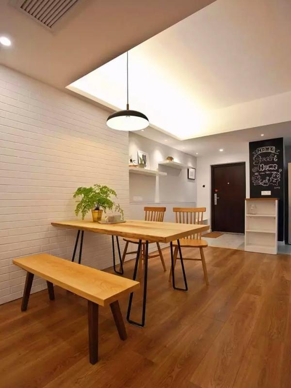 定制的原木餐桌椅,厚实的实木材质,和白色文化砖背景很般配。