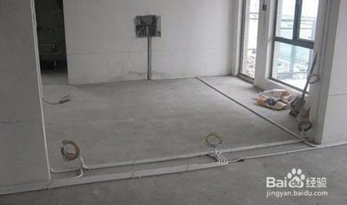 装修步骤三:水电工程 在进行水电工程改造之前一定要将油烟机、厨灶、及其他家电的位置定下来,安排好各个空间的用途,水电改造前,最好请橱柜设计师进行第一次测量,帮你确定好电源、水路的改造方案。