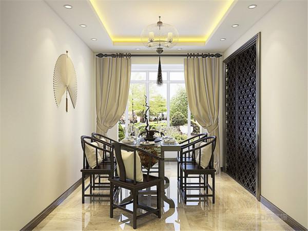 餐厅推拉门采用仿古镂空造型,古香古色。搭配上一套中式餐桌椅,整体浑然一体。