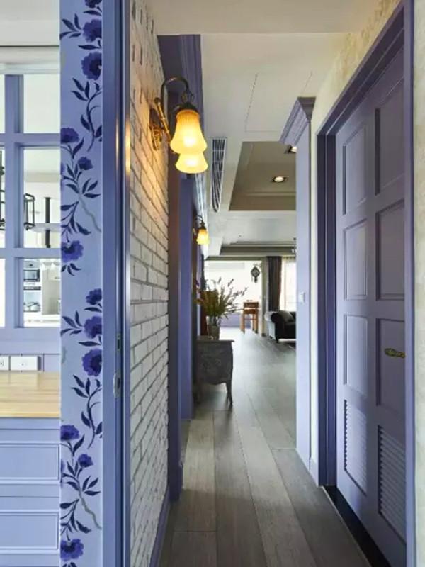 全室空间以屋主喜爱的薰衣草紫与美式格子线板为轴,文化石与壁纸的运用则丰富了色彩层次。