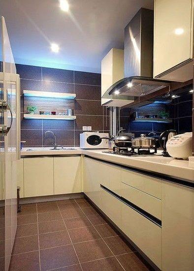 设计师还在厨房墙上设计了一个清新的置物架,很有意思吧?