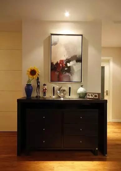 收纳柜既是装饰,也是一些零碎小物的存放地,随用可取,很方便。