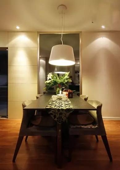 餐厅与客厅虽然同在一个空间,却用不同的背景墙进行了划分,放一面大镜子,拉伸空间。