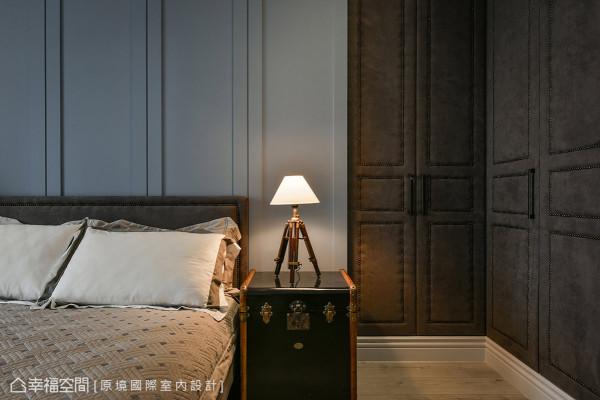 运用麂皮的材质作为L形柜面,演绎高质感的居家态度,铺述欧美流行时尚元素。