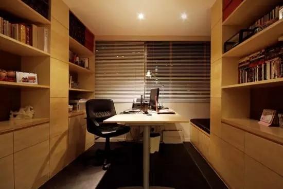 阳台的位置改造成了书房,大桌子摆放在正中间,可供2人同时使用。