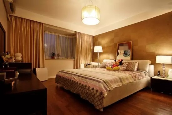 比起美观,卧室更重实用性,这里也可以作为其他的生活空间,看电视、阅读、甚至工作。