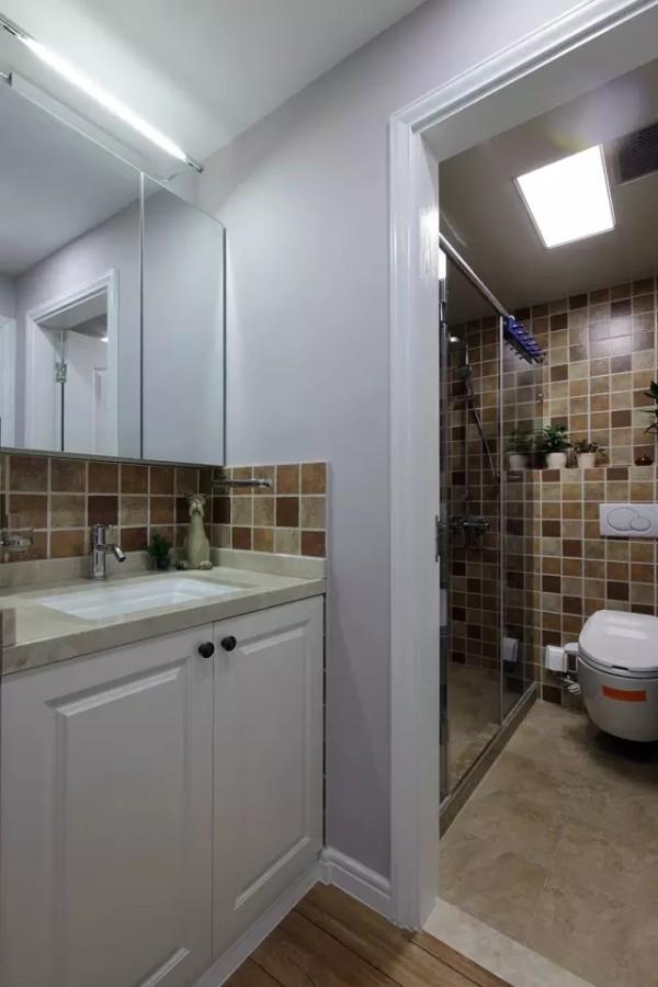 一层的客卫,墙面的暖系拼色瓷砖很有亲和力,卫浴用品则多采用了大方、简洁、好打理的款式。