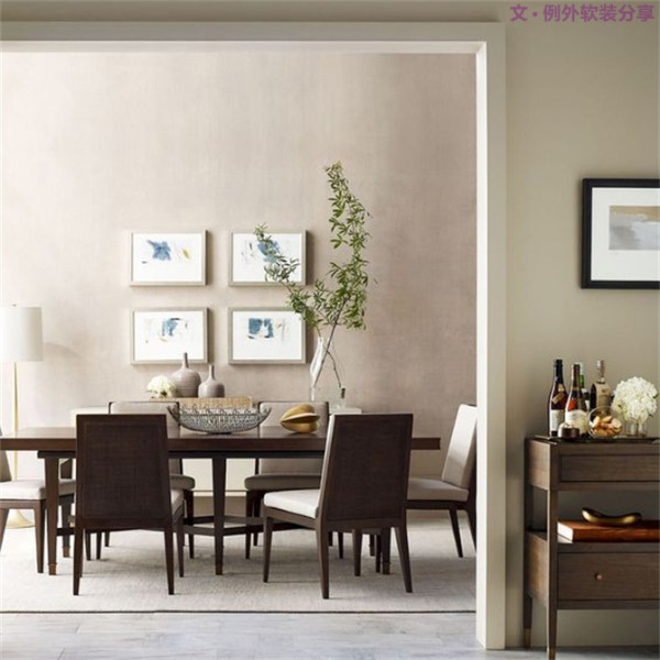 圆形餐桌可以将花瓶摆在桌面正中央的位置,方形餐桌除了正中之外,偏向黄金分割点的地方也是不错的选择。此外还应注意桌、椅的大小、颜色、质感以及桌巾、口布、餐具之间的整体搭配。