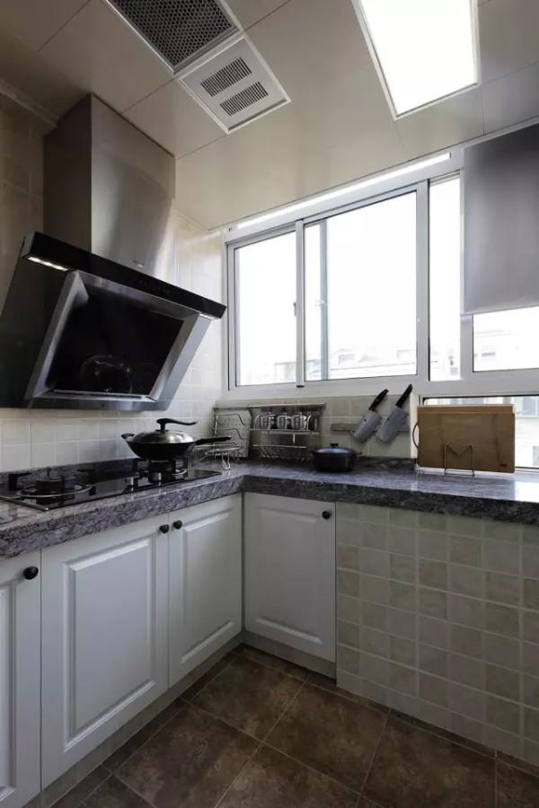 中厨区的通风和采光都十分充沛,暖色系的仿古砖则依然与整体风格匹配,增加美观性。