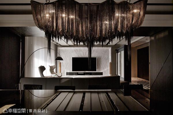 在生活的容器中,注入细腻观察及设计活水,云邑设计运用一件画龙点睛的灯具,点亮空间的深层美感。