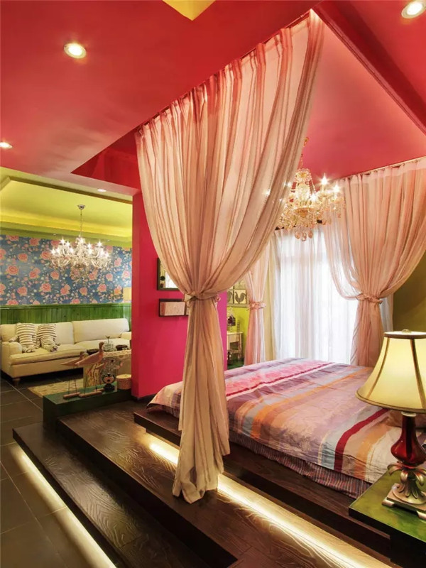 摒弃了一贯的一房一床式格局,利用地面抬高作为区域的划分,用定制的榻榻米式木质床来迎合整体居家风格,也使得无论从哪个角度看,都会是完美的布景。