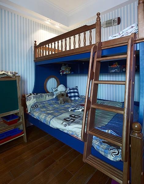 儿童双层床也是深色的实木材质,很是安全耐用。
