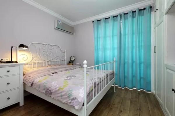 同样位于一层的次卧作为客房,里边的布置很简单、清爽,衣柜和电视柜的整合提供了强大的实用功能。