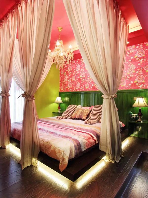 """卧室灯光的布置也经过了设计师的精心考量,用水晶灯中和深色木质家具的沉闷感,地灯带将卧榻""""托举""""起来,配合辅助灯饰以众星捧月的方式,突出一种内在高贵的魅力。"""