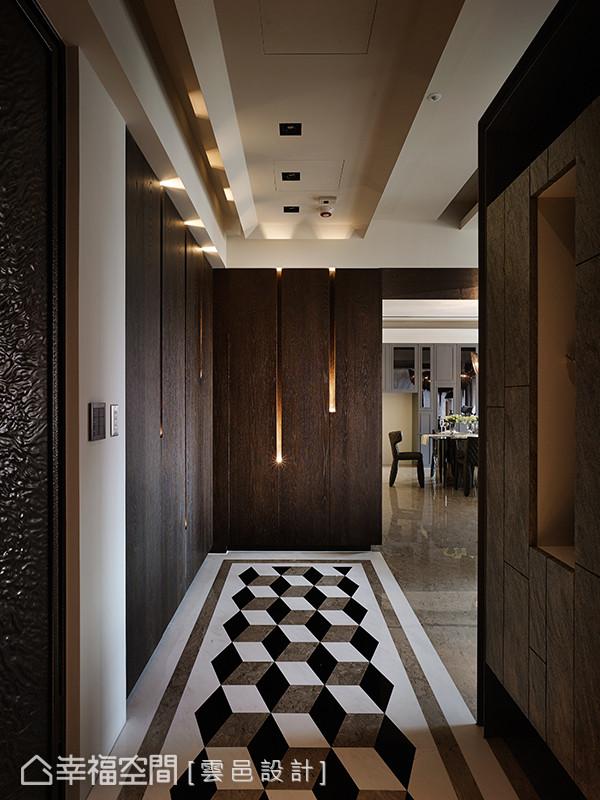 设计师李中霖透过大理石的拼花地坪,诠释段落分明的场域分野;收纳柜面更采用沉稳色调的实木皮与沟缝灯带铺述,营造入口迎宾的完美印象。