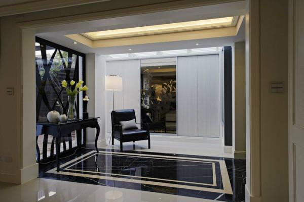 大理石拼花界定下的玄关区块设定,有着巧藏于侧的机能安排,以绝美外形修饰区域性收纳需求。