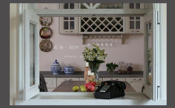 这是书房的小窗,加上老式电话,会不会给您六七十年代农村合作公社窗台的感觉?一种另类的中国乡村风情,而这个角度看向窗外,小窗风格与西厨酒柜是相近的,中西式的乡村风格混搭,使空间得到自然地融合