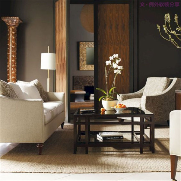 客厅作为会客、家庭团聚的场所,适宜陈列色彩淡雅、枝干挺直的花艺。为了让到访者有宾至如归的感觉,也为了表现主人的持重与好客,花艺应摆放在视觉较明显的区域,让客人一进入空间便马上被吸引。