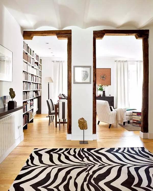 一进门厅,惊人的斑马纹地毯马上出现于眼前,而取材上,更多的中式元素,如古朴的木质门框,在这里得到了运用。从任何一个角度看去,都是一幅不错的画,空间画面感很强。