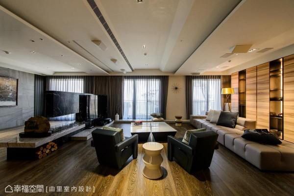大理石打造的电视墙,兼具休憩坐卧的机能,其后方界定出宽余的空间,让屋主能在此打太极拳。