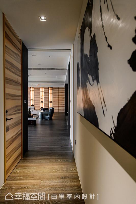 以水墨效果般的木皮门片,与整体风格相呼应,搭配带有禅意的艺术画作,揉入内敛沉稳的氛围。