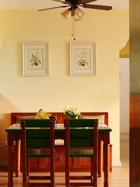 复古的吊扇灯和餐桌椅自成体系。