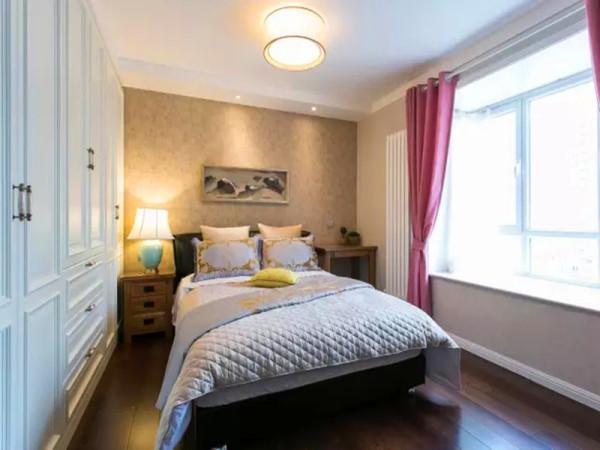 长辈房间的搭配,延续了沉稳,内涵而不沉重的设计构想。深色床体更显沉稳大气,床头新古典的装饰画,更是凸显了主人的品位,现代古典的融合。