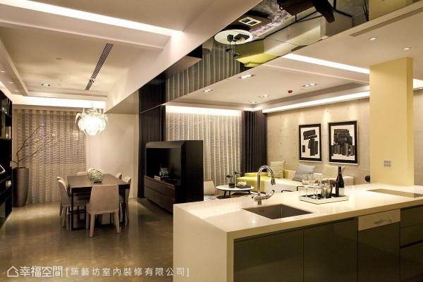 客,餐厅之间以一道半高电视墙做界定,上方横梁特别使用镜面加以包覆图片