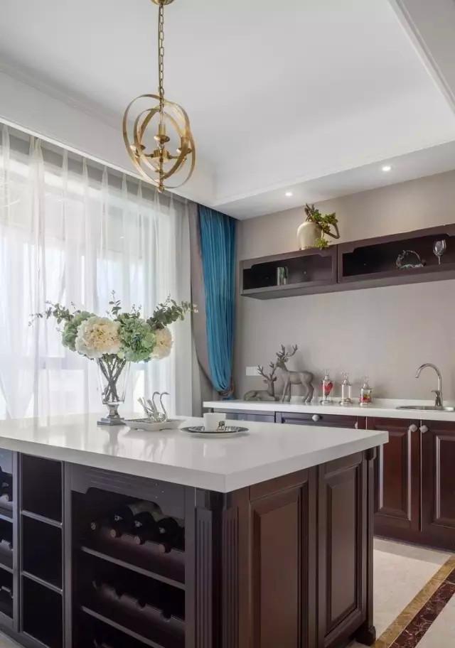 厨房在美国人眼中一般都是开敞的,但此案例中,做了中西厨的设计,既