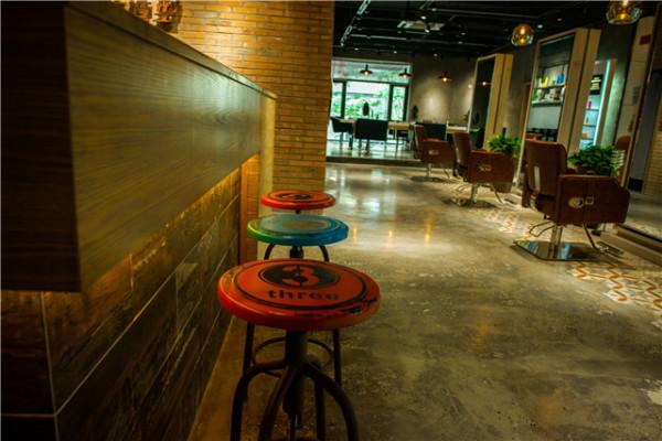 工业风的小件家具与整体空间相得益彰。