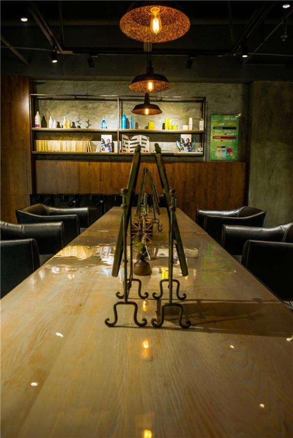 加入咖啡木色系的装饰点缀,使得整个空间的冷暖色感平衡。