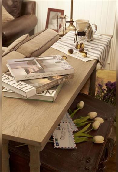 沙发旁边的实木桌椅