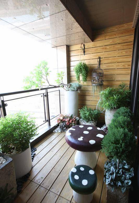 以南方松铺述而成的阳台造景,让屋主收藏的蘑菇椅找到了最佳摆放位置