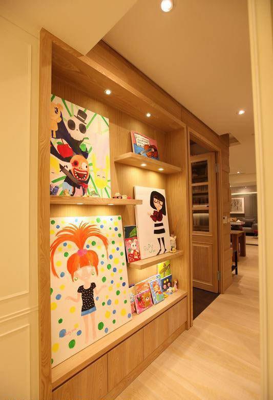 融入艺术走廊的概念发想,开架层板成为女孩画作最佳的分享舞台