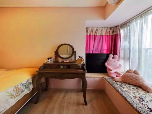 主卧的飘窗和化妆台。