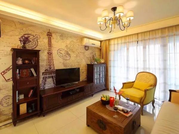 电视墙用复古小文艺的壁纸铺贴,深色的美式组合家具搭配。
