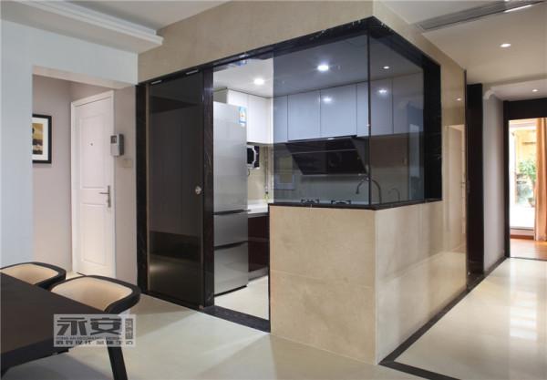 厨房: 半通透式的厨房设计,采用灰色钢化玻璃,无形当中把餐厅,过道,厨房非常好的结合联系在一起,同时也放大了整个空间感觉。