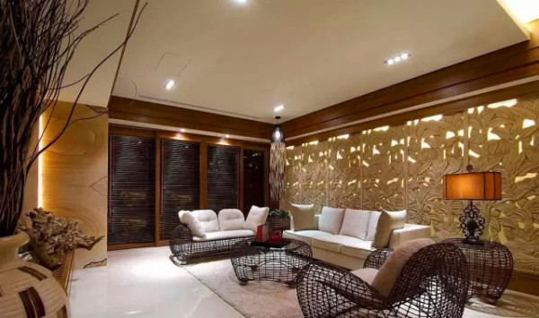 客厅    的沙发背墙以一整面的花卉雕刻图腾表现,搭配编织感的造型家具,营造出层次丰富的空间表情。