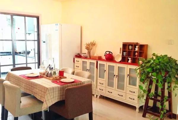 红色的餐具垫子、红色的柜顶,红色的装饰品等等,这些小小的细节都能够反应出屋主的对空间颜色搭配的独特见解,这些都有效的避免了空间的沉闷感。