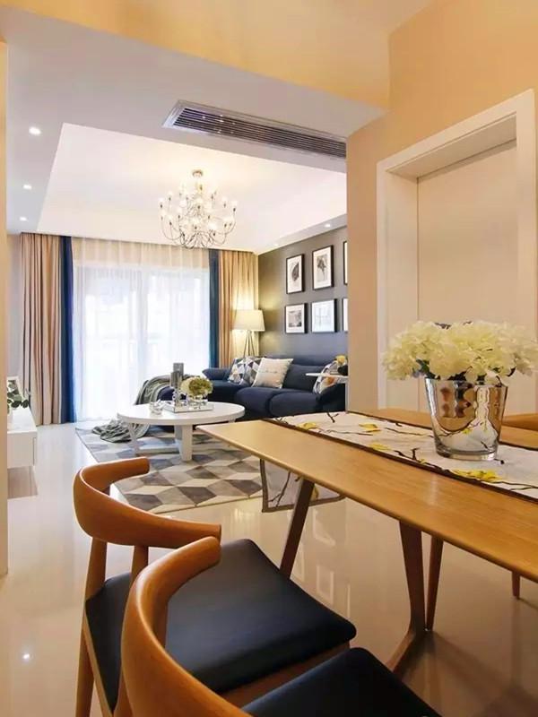 餐厅望向客厅,餐桌椅造型简洁,质感圆润,舒适耐用。