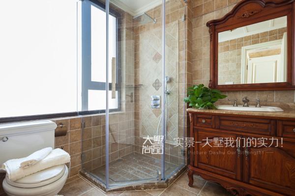 卫生间做了一个台盆柜,镜子边上做了一个铁艺的毛巾架,墙面复古砖斜拼,墙砖的腰花搭配,复古又时尚。