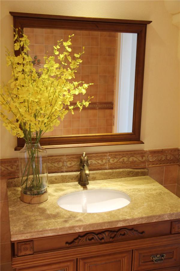 在美式风格的基础上搭配当下流行的装饰元素,古香古色的台盆很有特色,搭配古铜色的龙头,带有复古气息的镜子,硅藻泥打造的华贵造型,用古典元素诠释了整个空间的贵气典雅。