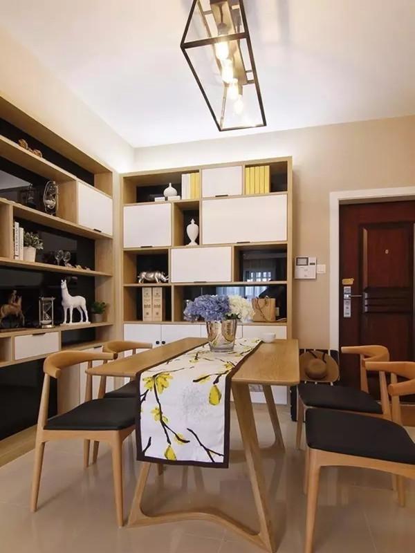 餐桌两边背景都做了柜子,结合了收纳展示和鞋柜功能,以黑镜做底,白色和木色为基础。