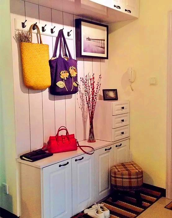 挂衣架不仅能挂衣服,而且还起到了装饰作用。装饰画下面是电表箱,画是从下往上掀开的,不仅仅起到了装饰空间的作用,拉个电闸也非常方便。