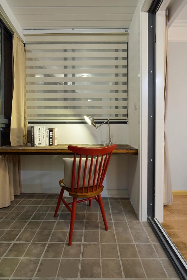 书房的 书桌设立在窗户旁边 采光很好