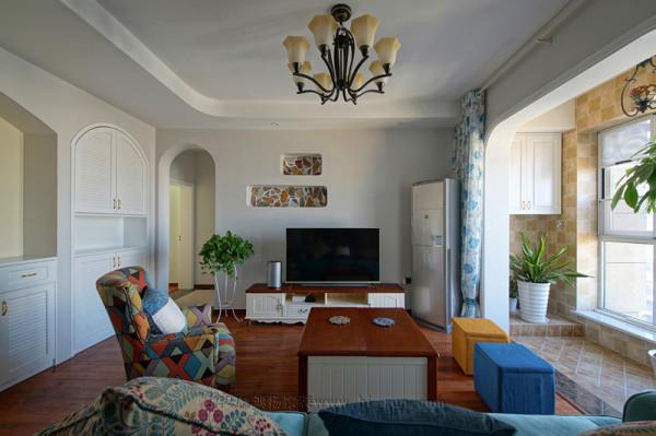 掏空墙面的造型是一个亮点,可以摆设很多工艺品或者小盆绿植,增加了很多家庭生活的趣味。